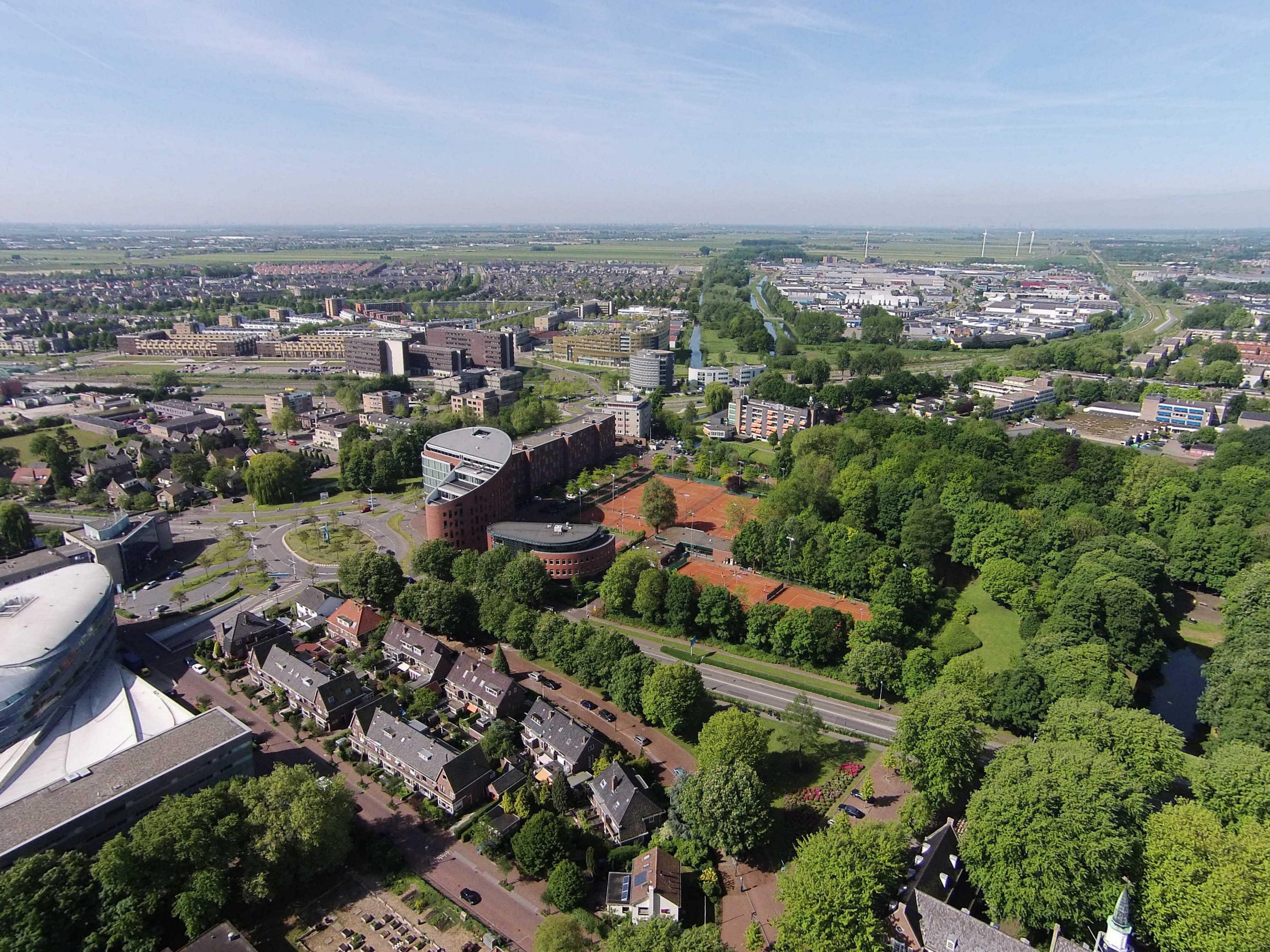 Uitzicht op het gemeente huis maar ook op de prins bernhardlaan luchtfotos - Uitzicht op de tuinman ...