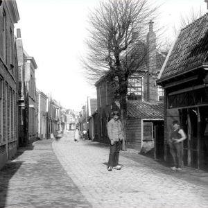 Raadhuisstraat met smederij van der Velden