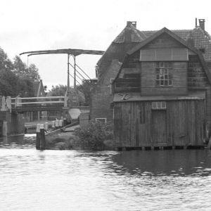Gouwsluis met eiland en pontje rond 1930
