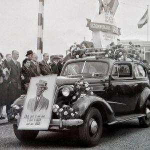 Opening Julianabrug met praalwagen van Raaphorst 1953