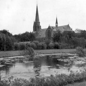 Prins Bernhardlaan en Bonifaciuskerk