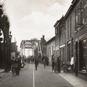 Gouwsluisseweg en brug over de Gouwe
