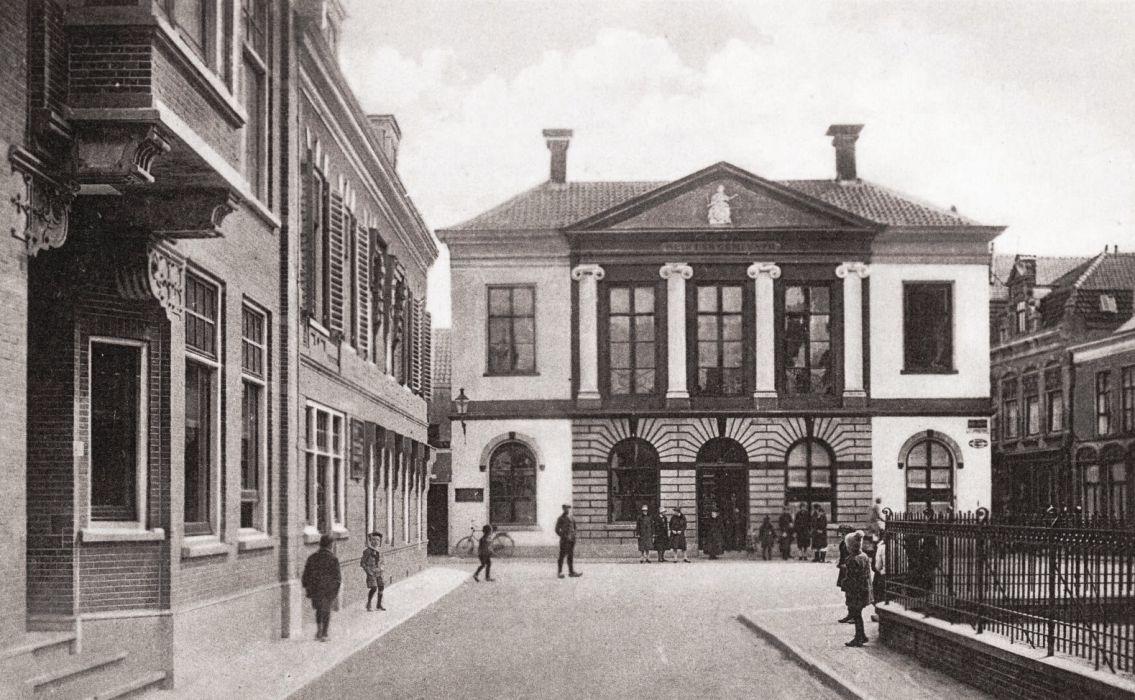 Schoolstraat Met Oude Raadhuis