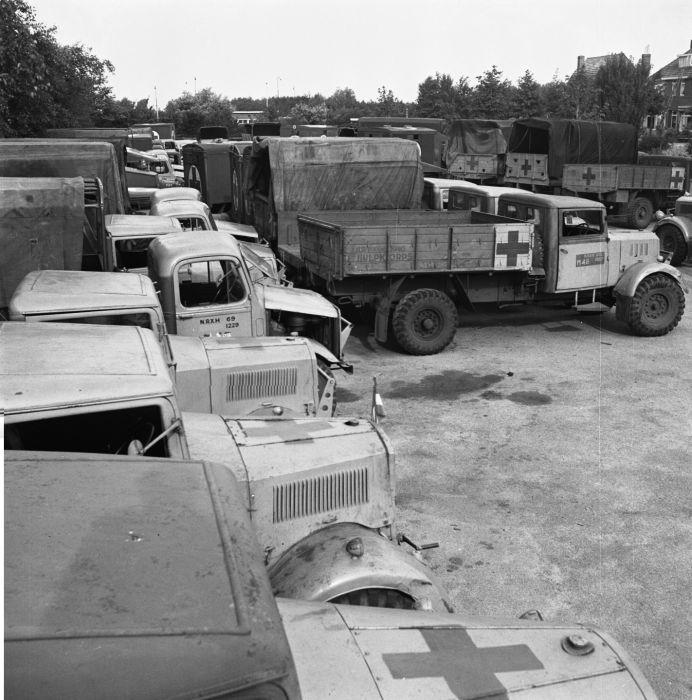 Rode Kruis Vrachtwagens Na De Bevrijding